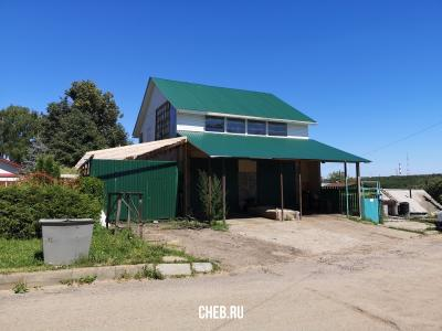 Здание с зеленой крышей
