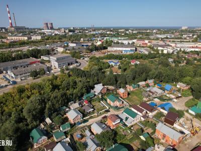 Вид сверху на деревню Пятино и промзону