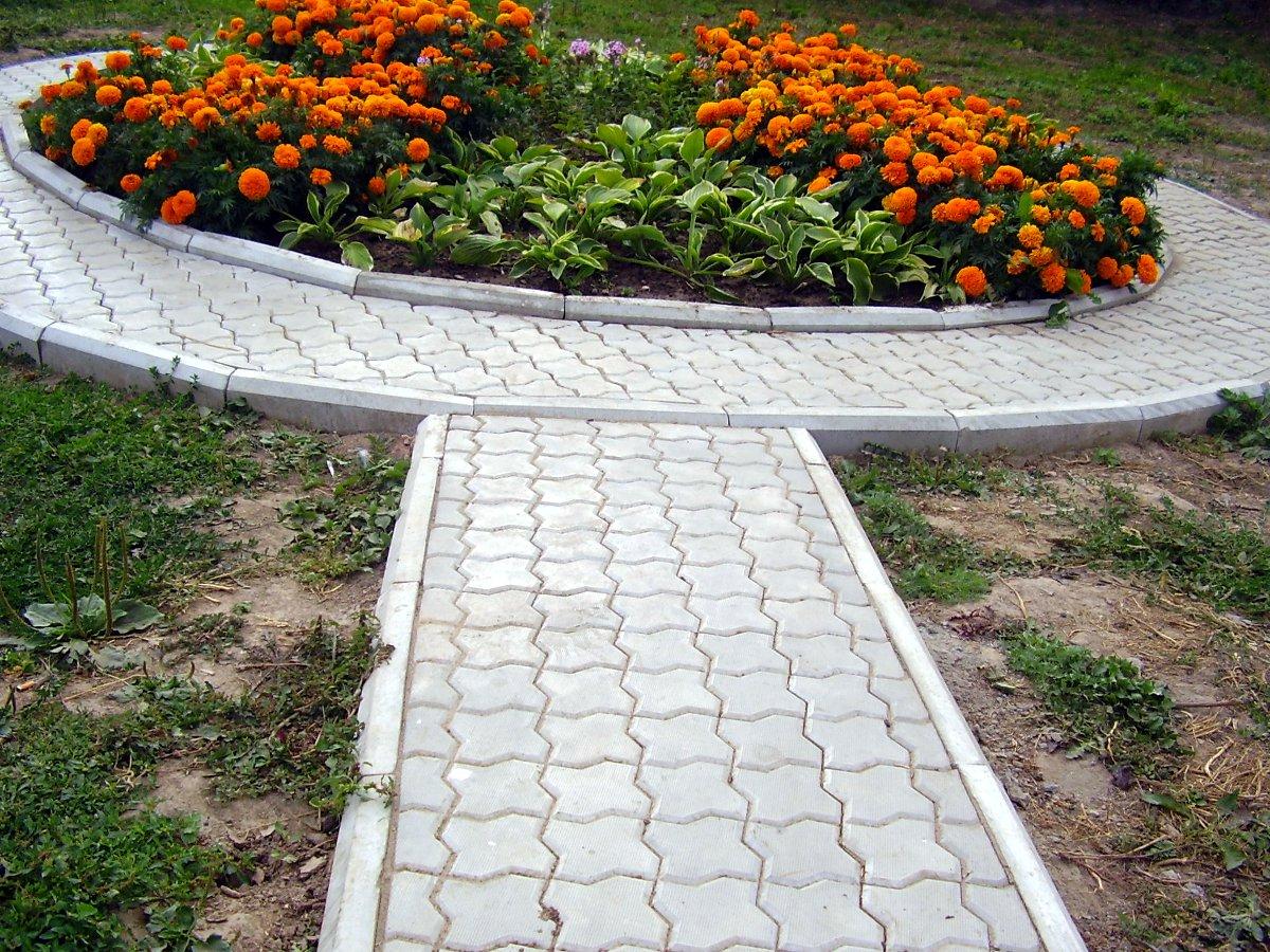 Укладка садового бордюра