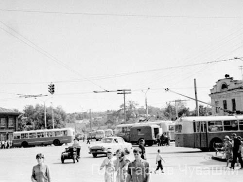 Описание: Троллейбусная остановка на Красной площади, 1966 год Дата съемки: 06.07.2010 Автор: Фото.