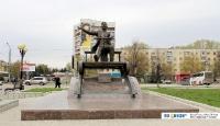 Памятник поэту, киноактеру Йывану Карлу