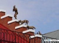 Фигурки на крыше дома