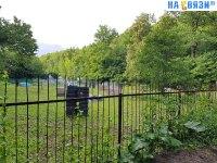 Вид через забор на площадку для пейнтбола
