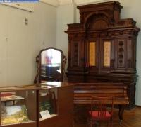 Старинная мебель в выставочном зале