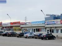 Ряд торговых павильонов по продаже запчастей для автомобилей