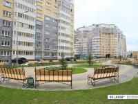 Скамейки на бульваре между домов-колодцев