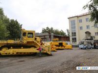 Тракторы-гиганты на улице