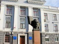 Бюст Дзержинского перед входом в Управление ФСБ
