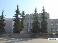 Памятник Ленину напротив школы