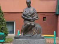 Памятник кормящей матери у Перинатального центра