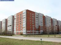 Дом 42 (слева) по улице Строителей