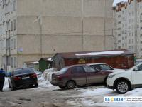 Гаражи и стихийная парковка у дома