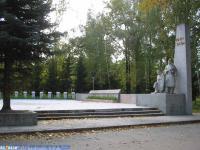 Мемориал в парке перед заводом им.Чапаева
