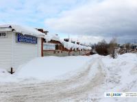 Заснеженная дорога и свисающие с круши бугры снега