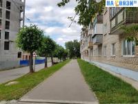 Пешеходная дорожка вдоль дома