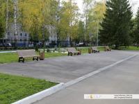 Скамейки перед входом в Академию искусств