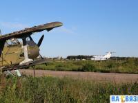 Старый самолет в аэроклубе