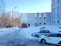 Двор дома Гагарина 47к1, ворота в гаражи