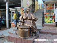 "Скульптура ""Бабушка с семечками"""
