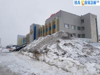 "Гора снега у торгового дома ""Меридиан"""