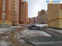 Парковка в торце дома Миначева 17