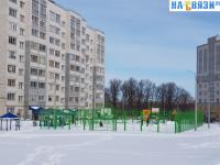 Вид на спортивную площадку во дворе