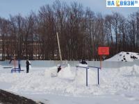 Игры зимой на детской площадке