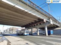 Троллейбус под мостом