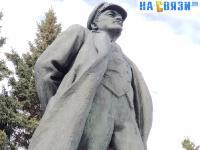 Вид снизу на памятник Ленину