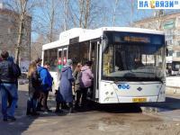 Люди садятся в автобус