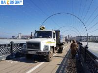 Автомобиль коммунальщиков на пешеходном мосту