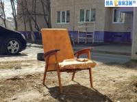 Кресло во дворе