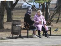 Бабушки на скамейке в сквере