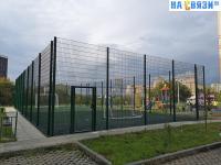 Огороженная спортивная площадка во дворе дома ул. Николая Рождественского 1