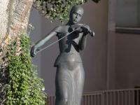 Скрипачка - скульптура у Художественного факультета ЧГПУ