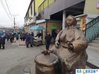 Скульптура торговки семечками