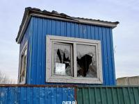 Разбитое окно у сторожа на стройке