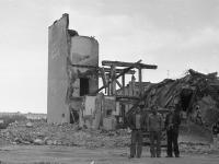 На фоне развалин главпочтамта, 1980 год