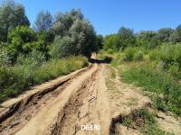 Грунтовая дорога на дамбе через реку Трусиха