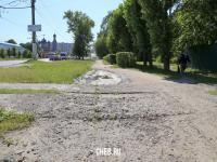 Разрушенный асфальт на пешеходной дорожке по улице Гражданская
