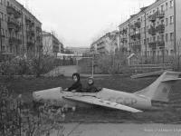 Самолет на детской площадке, 1970 год