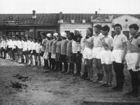 Построение физкультурников на площадке перед зданием Главсуда