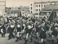 Спортсмены ХБК в первомайской колонне идут вверх по ул.Ленинградская