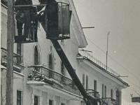 Электромонтажники работают на ул. Тектильщиков, 1960 год
