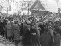 Студенты и преподаватели собираются перед зданием медучилища на демонстрацию, 1978 год