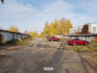 Гаражи и красные машины