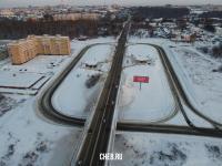 Вид сверху на автомобильную развязку на улице Фучика зимой