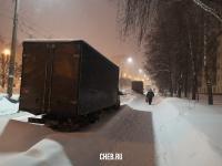 Грузовики на дороге-дублере улицы Гузовского