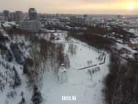 Вид сверху на часовню в Парке Победы зимой