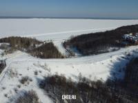 Вид сверху на дамбу и Волгу зимой